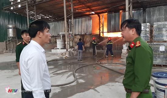 Cháy lớn tại kho chứa hàng ở Nghệ An, khói đen bốc lên cuồn cuộn - Ảnh 4