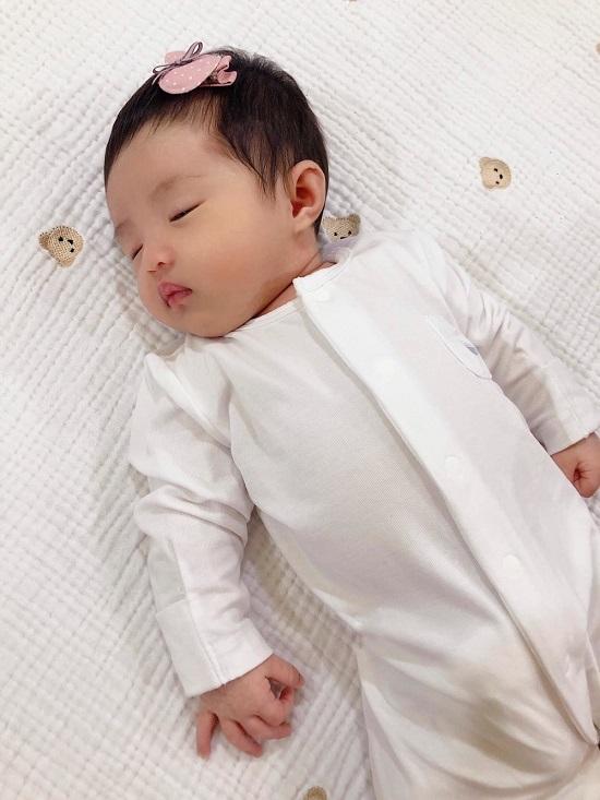 """Đông Nhi, Ông Cao Thắng lần đầu khoe ảnh cận mặt """"tiểu công chúa"""" tròn 1 tháng tuổi - Ảnh 3"""
