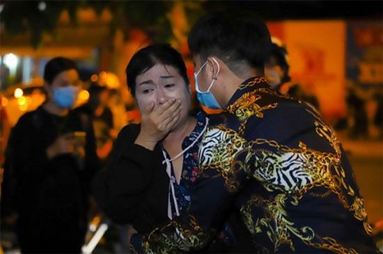 Nghẹn ngào cảnh Việt Hương khóc lặng người, đi không nổi sau khi viếng cố nghệ sĩ Chí Tài  - Ảnh 3