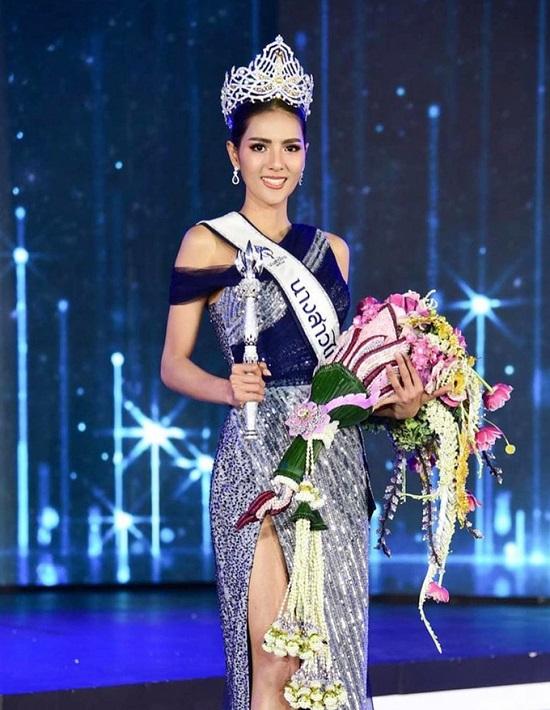 """Ngắm vẻ đẹp gợi cảm """"mê hồn"""" của người đẹp 27 tuổi đăng quang Hoa hậu Thái Lan 2020  - Ảnh 1"""
