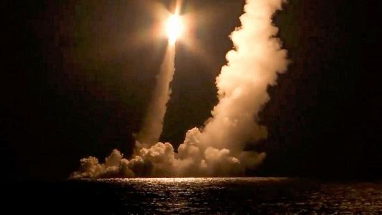 Tàu ngầm Nga phóng thử thành công 4 tên lửa hạt nhân - Ảnh 1