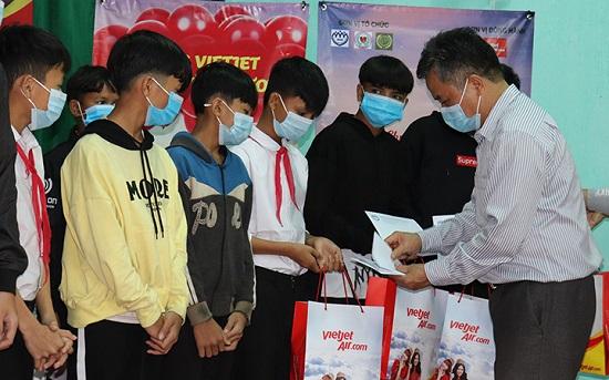 """Quảng Nam: Trao 50 suất quà cho trẻ em gặp khó khăn trong chương trình """"Tết ấm cho em"""" - Ảnh 1"""