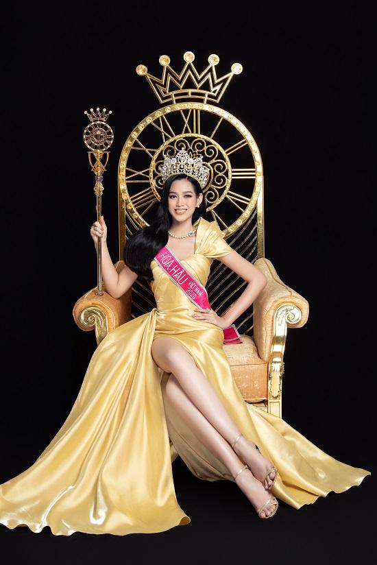 """Cận cảnh nhan sắc """"thăng hạng"""" của Hoa hậu Đỗ Thị Hà cùng 2 Á hậu trong bộ ảnh mới toanh - Ảnh 2"""