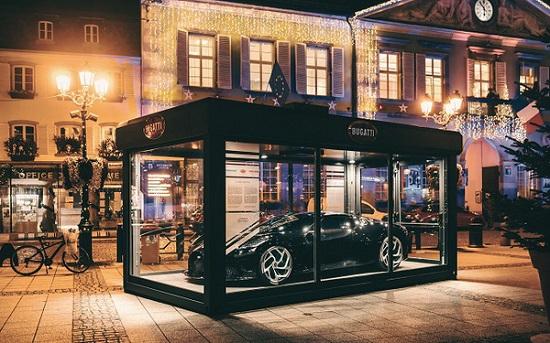 """Siêu xe Bugatti hơn 13 triệu USD trở thành đồ trang trí Giáng sinh """"xa xỉ"""" bậc nhất thế giới  - Ảnh 1"""