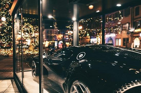 """Siêu xe Bugatti hơn 13 triệu USD trở thành đồ trang trí Giáng sinh """"xa xỉ"""" bậc nhất thế giới  - Ảnh 2"""