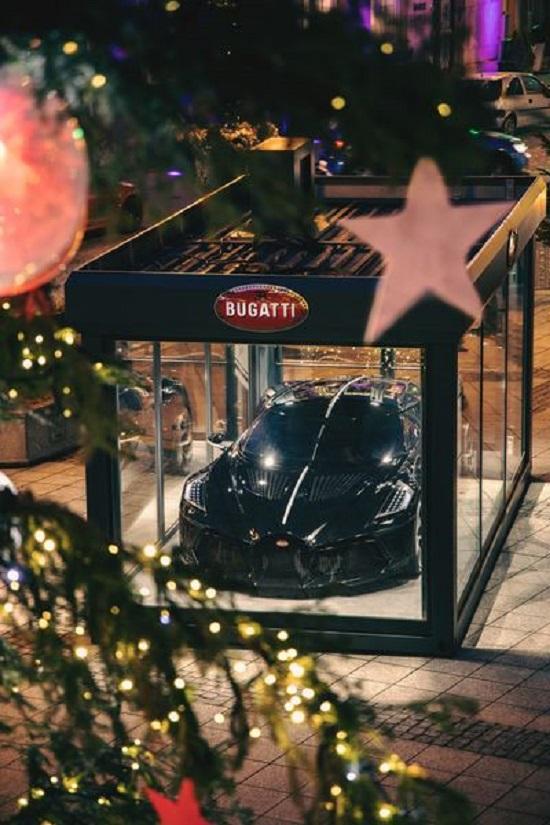 """Siêu xe Bugatti hơn 13 triệu USD trở thành đồ trang trí Giáng sinh """"xa xỉ"""" bậc nhất thế giới  - Ảnh 3"""