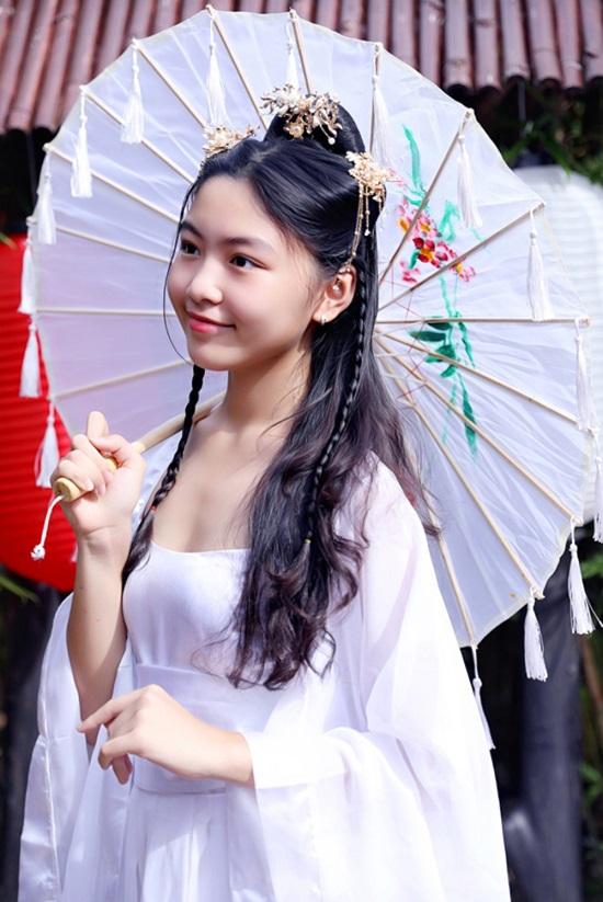 """Con gái MC Quyền Linh xinh đẹp như """"tiểu tiên nữ"""" khi diện đồ cổ trang - Ảnh 3"""