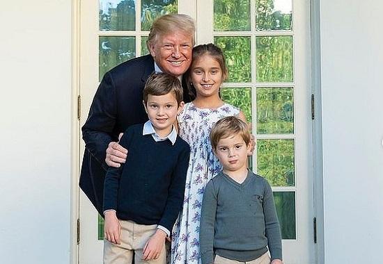 Cháu ngoại Tổng thống Trump lưu lại dấu bàn tay trong vườn Nhà Trắng  - Ảnh 2
