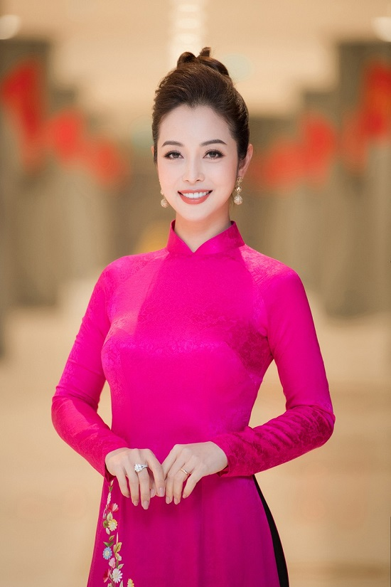 """Jenifer Phạm """"chơi lớn"""" thay 4 bộ váy liên tục, khoe vóc dáng nuột nà của """"bà mẹ 4 con""""  - Ảnh 4"""