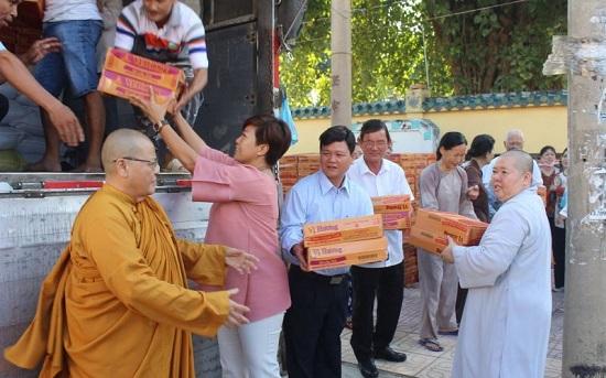 Hội từ thiện Đồng Nai trao 2.200 suất quà tặng đồng bào miền Trung - Ảnh 1