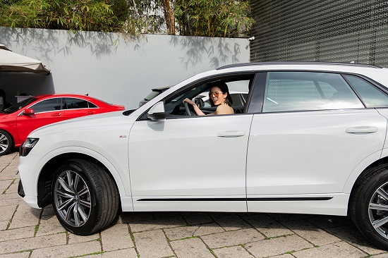 """""""Nữ hoàng phòng trà"""" Lệ Quyên mạnh tay chi hơn 5 tỷ đồng mua xe sang Audi Q8  - Ảnh 3"""