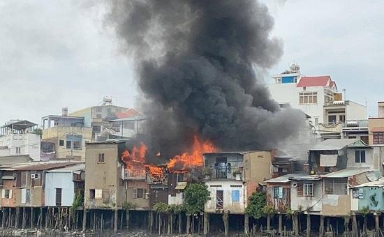 TP. HCM: Hỏa hoạn khiến 4 căn nhà ven kênh bị thiêu rụi  - Ảnh 1