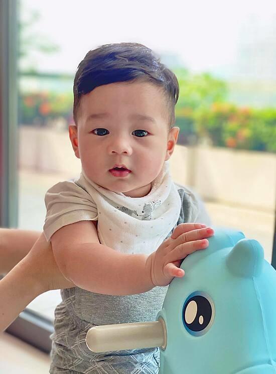 """""""Thần tiên tỷ tỷ"""" Đặng Thu Thảo lần đầu khoe ảnh cận mặt con trai 7 tháng tuổi - Ảnh 1"""