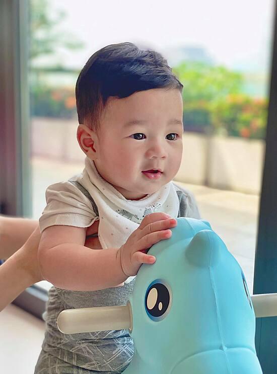 """""""Thần tiên tỷ tỷ"""" Đặng Thu Thảo lần đầu khoe ảnh cận mặt con trai 7 tháng tuổi - Ảnh 2"""