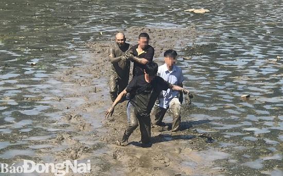 Đồng Nai: Đối tượng ôm ma túy nhảy xuống ao bùn để phi tang khi bị vây bắt  - Ảnh 2