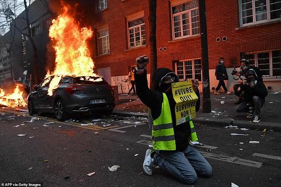 Hàng nghìn người ra đường biểu tình, bạo loạn bùng nổ ở Paris - Ảnh 1