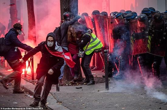 Hàng nghìn người ra đường biểu tình, bạo loạn bùng nổ ở Paris - Ảnh 2