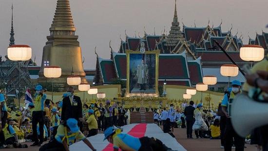 Vua Thái Lan được hàng nghìn người chào đón trong lễ mừng sinh nhật cố quốc vương  - Ảnh 1