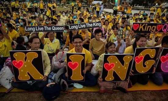 Vua Thái Lan được hàng nghìn người chào đón trong lễ mừng sinh nhật cố quốc vương  - Ảnh 2