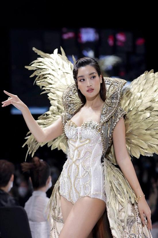 Đỗ Mỹ Linh diện váy nặng 40kg lộng lẫy, đọ dáng cùng Đỗ Thị Hà và loạt người đẹp trên sàn catwalk - Ảnh 2