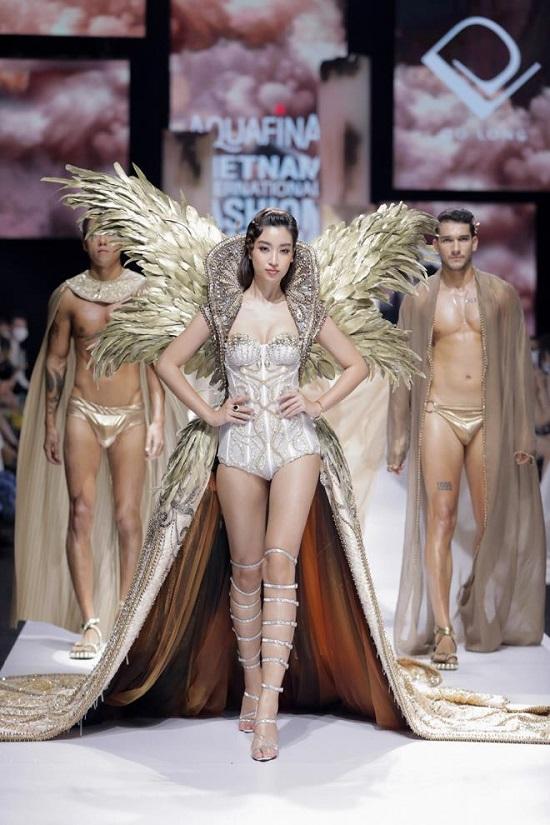 Đỗ Mỹ Linh diện váy nặng 40kg lộng lẫy, đọ dáng cùng Đỗ Thị Hà và loạt người đẹp trên sàn catwalk - Ảnh 3