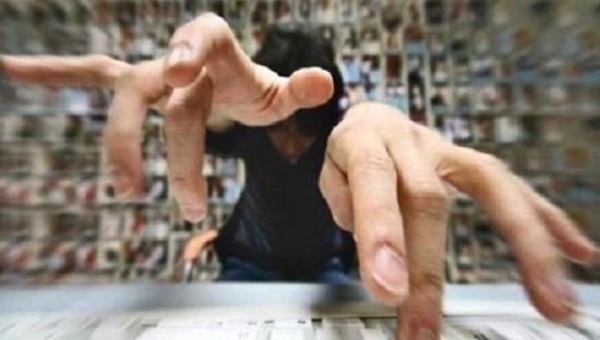 """Nghệ sĩ phát ngôn bẩn trên mạng xã hội: """"Bản án vô hình"""" và hình phạt cho thói coi trời bằng vung - Ảnh 1"""