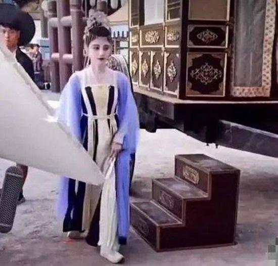 """Lộ ảnh hậu trường như """"bạch tạng"""" của mỹ nữ 4.000 năm Cúc Tịnh Y, thái độ """"khó chịu"""" khi quay phim  - Ảnh 1"""