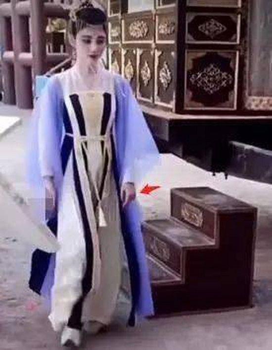 """Lộ ảnh hậu trường như """"bạch tạng"""" của mỹ nữ 4.000 năm Cúc Tịnh Y, thái độ """"khó chịu"""" khi quay phim  - Ảnh 2"""