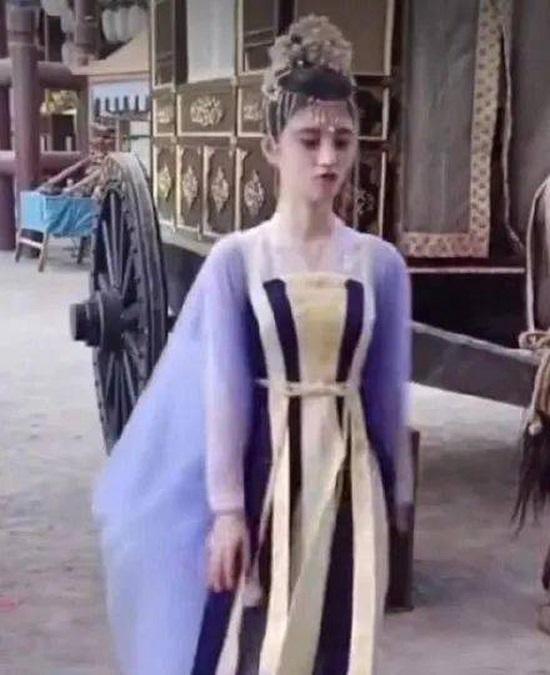 """Lộ ảnh hậu trường như """"bạch tạng"""" của mỹ nữ 4.000 năm Cúc Tịnh Y, thái độ """"khó chịu"""" khi quay phim  - Ảnh 4"""