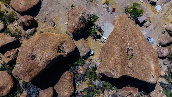 Ngôi nhà kỳ lạ nằm dưới khối đá nặng 850 tấn giữa sa mạc - Ảnh 2