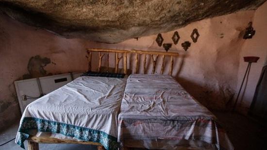 Ngôi nhà kỳ lạ nằm dưới khối đá nặng 850 tấn giữa sa mạc - Ảnh 4