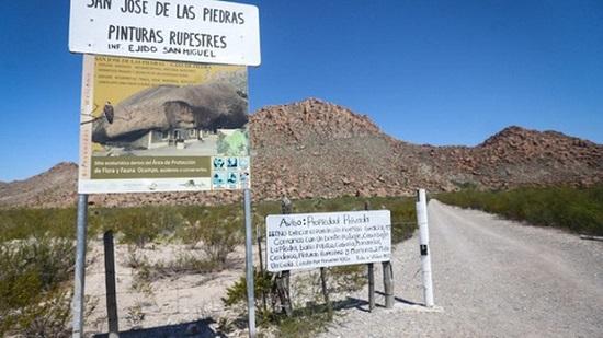 Ngôi nhà kỳ lạ nằm dưới khối đá nặng 850 tấn giữa sa mạc - Ảnh 5