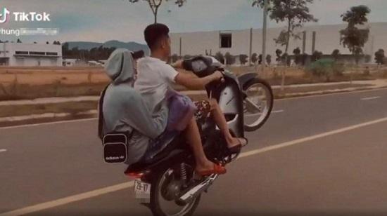 """Bị phạt hơn 4 triệu đồng vì chạy xe máy """"bốc đầu"""" rồi khoe trên Tiktok - Ảnh 1"""