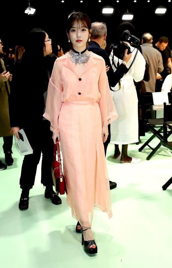 Mẹ bầu Đông Nhi tự tin diện váy Gucci trăm triệu, đụng hàng với thần tiên tỷ tỷ IU  - Ảnh 7