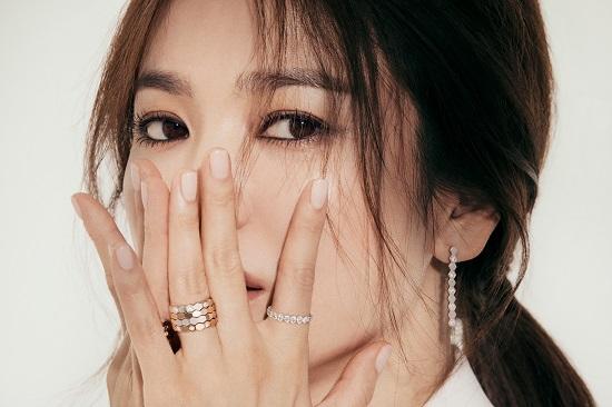 Song Hye Kyo xuất hiện lộng lẫy trong bộ ảnh mới sau tin đồn hẹn hò Hyun Bin  - Ảnh 2