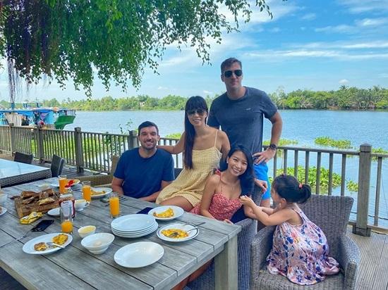 Siêu mẫu Hà Anh tránh dịch cùng gia đình ở biệt thự riêng sang chảnh  - Ảnh 1