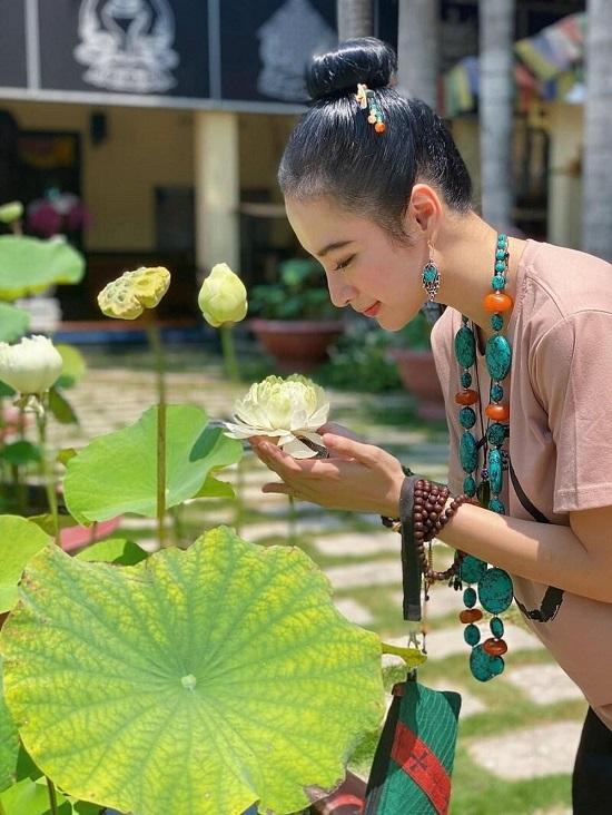 Angela Phương Trinh bị chụp lén vẫn đẹp rạng ngời sau tuyên bố ăn chay trọn đời  - Ảnh 1