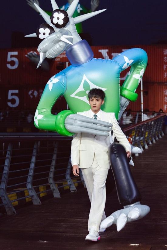 Ngô Diệc Phàm khiến fan thích thú khi cõng linh vật cao hai mét trên sàn catwalk  - Ảnh 4