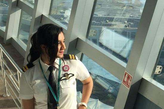 Ngoại hình xinh đẹp của nữ phi công trẻ nhất Ấn Độ, từng có bằng lái năm 16 tuổi  - Ảnh 1