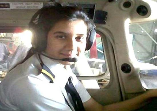 Ngoại hình xinh đẹp của nữ phi công trẻ nhất Ấn Độ, từng có bằng lái năm 16 tuổi  - Ảnh 3