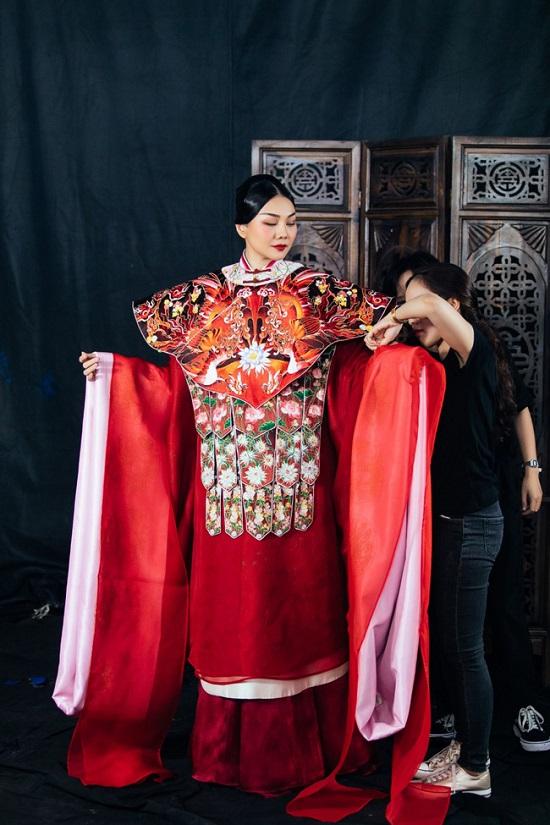 Thanh Hằng đầy quyền lực trong bộ phượng bào nặng 9,5 kg tái hiện chân dung Thái hậu Dương Vân Nga  - Ảnh 1