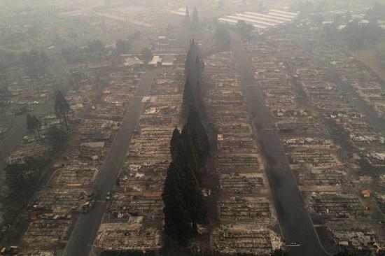Sốc: Hàng nghìn ngôi nhà ở Mỹ hóa tro tàn, nửa triệu người phải sơ tán vì cháy rừng - Ảnh 1