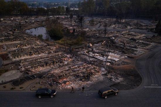 Sốc: Hàng nghìn ngôi nhà ở Mỹ hóa tro tàn, nửa triệu người phải sơ tán vì cháy rừng - Ảnh 3