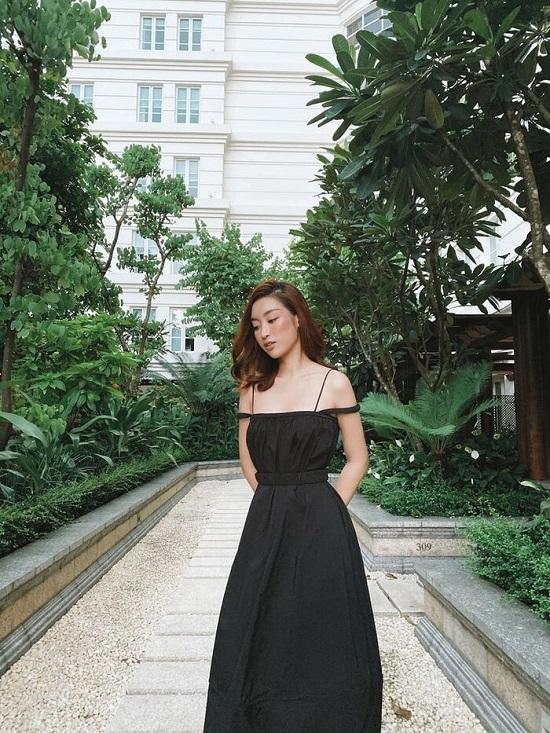 Đỗ Mỹ Linh diện bikini cực nóng bỏng, tạo dáng gợi cảm giữa ốc đảo Sài Gòn  - Ảnh 4