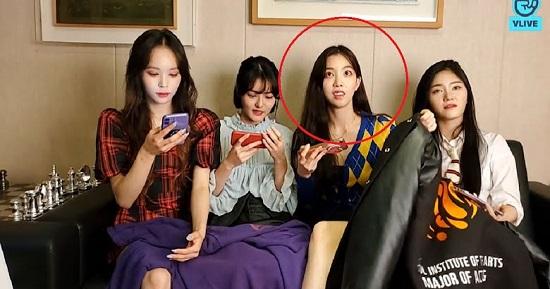 """Nhóm nữ Hàn Quốc bị ép ngồi """"hở chân"""" ngay trên livestream - Ảnh 2"""