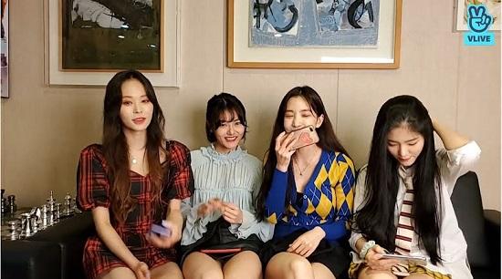 """Nhóm nữ Hàn Quốc bị ép ngồi """"hở chân"""" ngay trên livestream - Ảnh 1"""