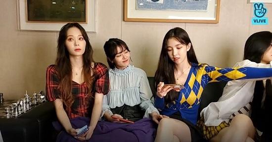 """Nhóm nữ Hàn Quốc bị ép ngồi """"hở chân"""" ngay trên livestream - Ảnh 3"""
