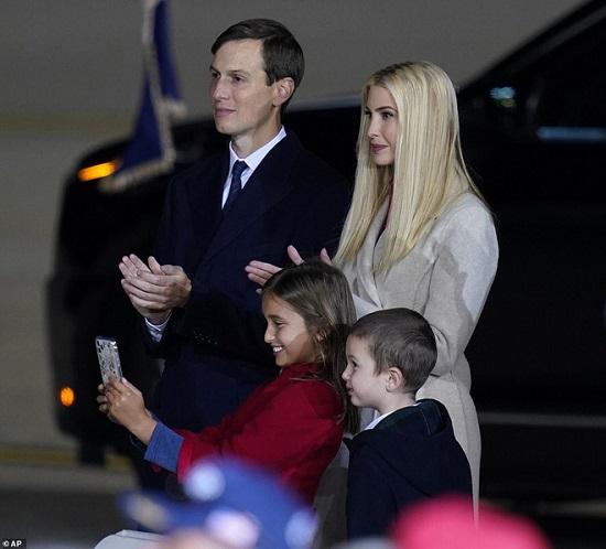 """Hai nhóc tì được Tổng thống Trump âu yếm gây chú ý, chiếm trọn """"spotlight"""" tại sự kiện lớn  - Ảnh 3"""