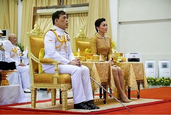 Nhà vua và Hoàng hậu Thái Lan lần đầu xuất hiện giữa biểu tình phản đối - Ảnh 1