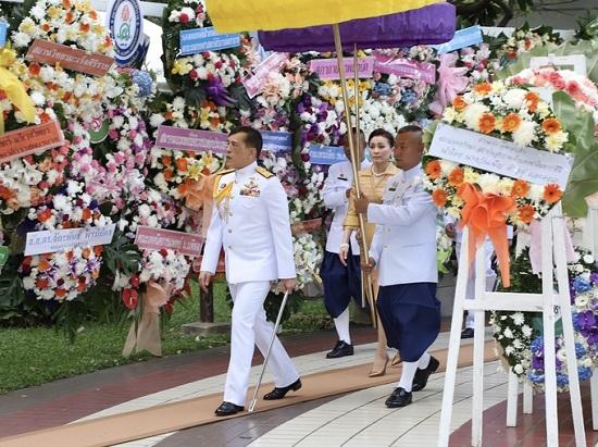 Nhà vua và Hoàng hậu Thái Lan lần đầu xuất hiện giữa biểu tình phản đối - Ảnh 2